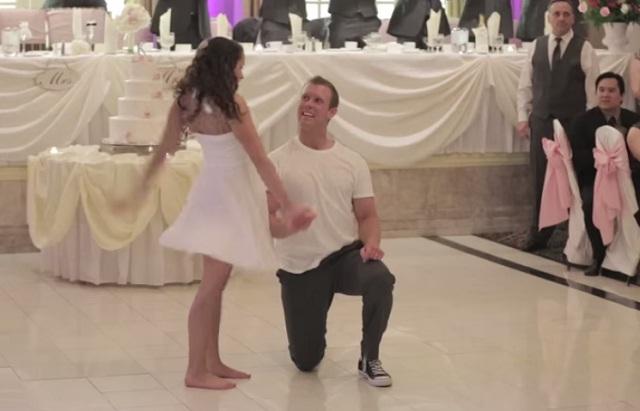 Boldogan táncoltak, amikor az apa félbeszakította esküvői táncukat. Ami ezután jött a közönséget ledöbbentette! – VIDEÓ