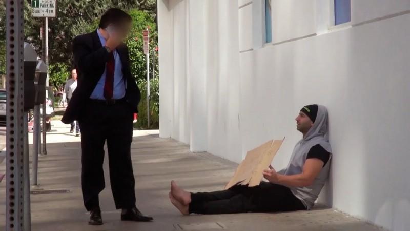 Egy milliomos srác kiül kéregetni hajléktalannak álcázva magát. Váratlan dolog történik O.o
