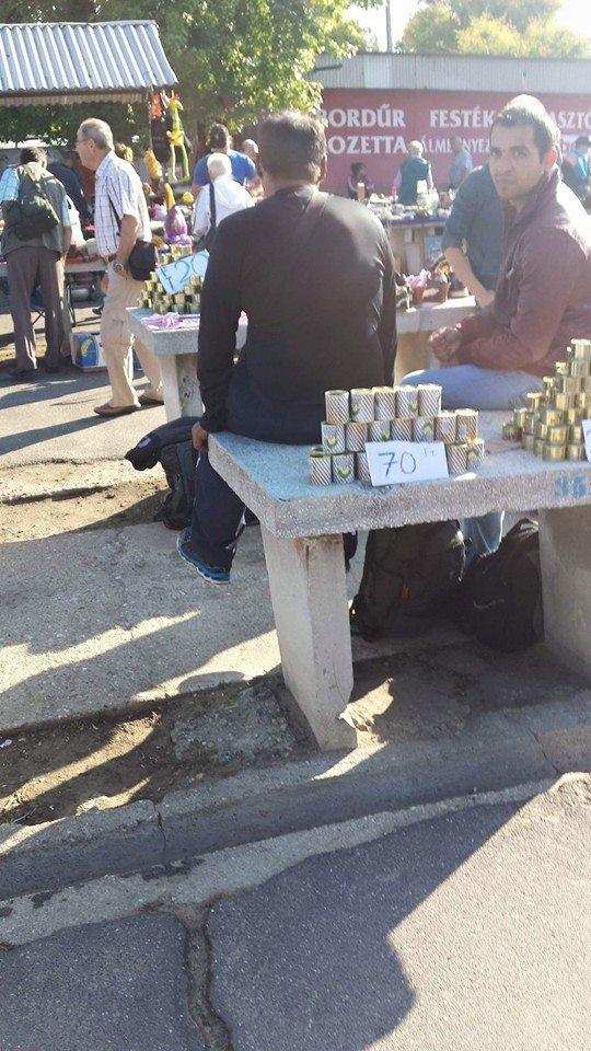 A menekültek a Debreceni piacon árulják az ételt, amit az államtól kaptak.