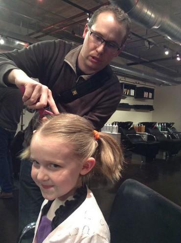 Egy fodrászat sörért cserébe tanítja meg az apukáknak hogy vágják le lányuk haját! Zseniális!