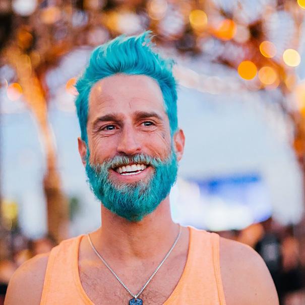 Férfisellő trend, elképesztő színűekre festik hajukat a férfiak!
