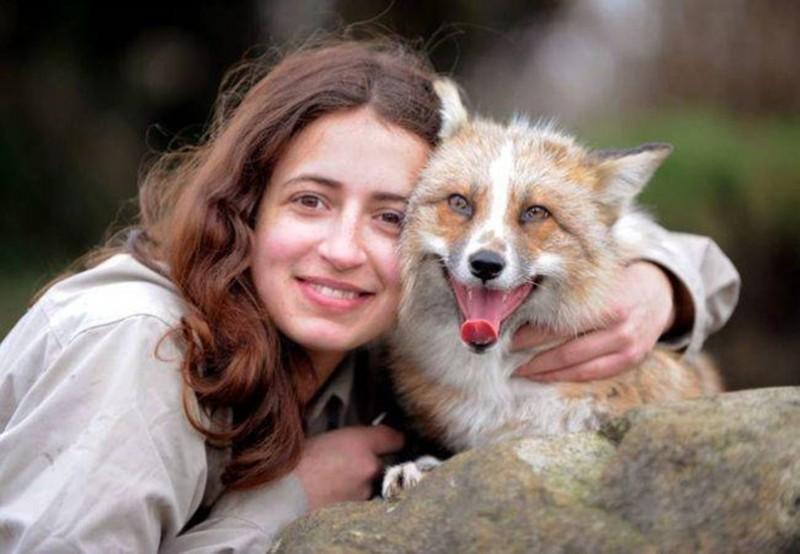 Ez a nő megmentett egy elbűvölő rókát, aki aztán kutyák között nőtt fel