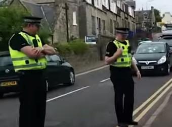 A 2 rendőr le sem vette a szemét erről a bandáról és jó okkal