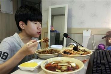 Fél millió Forintnak megfelelő összeget keres ez a fiú azzal naponta, hogy kamerára veszi, miközben vacsorázik