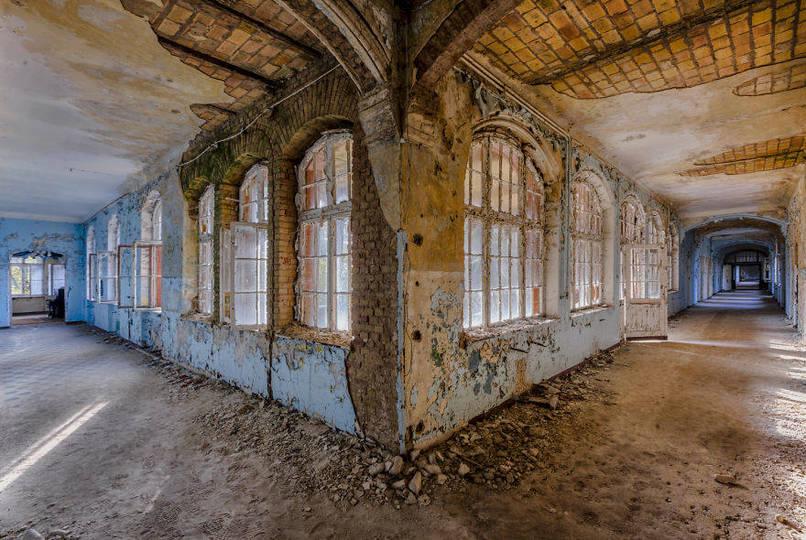 Elhagyatott folyosó egy régi kórházban, ablakok és ajtók