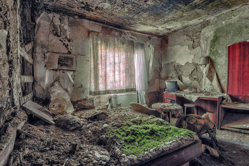 Elhagyatott bomlásnak indult hálószoba, székkel, tv asztallal, egy hotelben