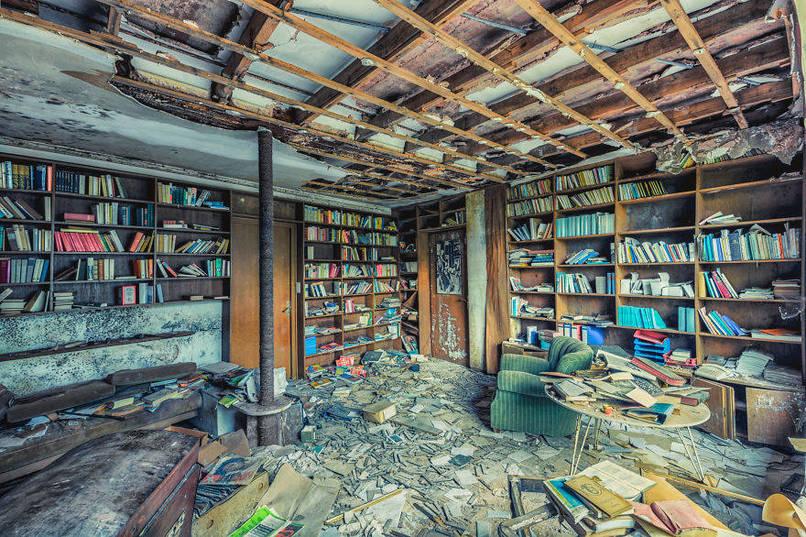 Régi elhagyatott könyvtár egy házban