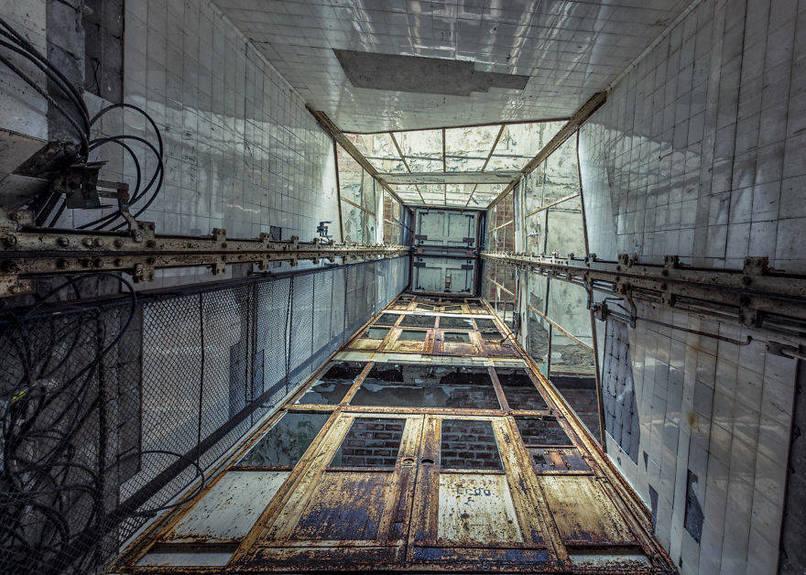 Elhagyatott kórházi lift, rozsdás ajtóval