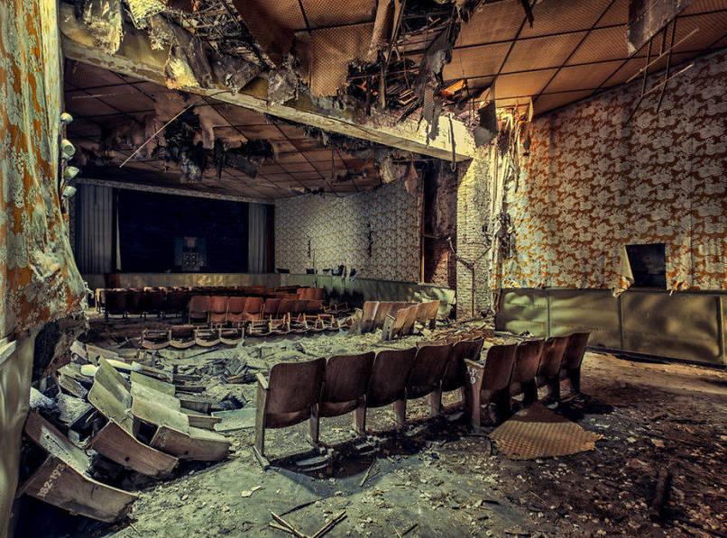 Elhagyatott mozi fa székekkel