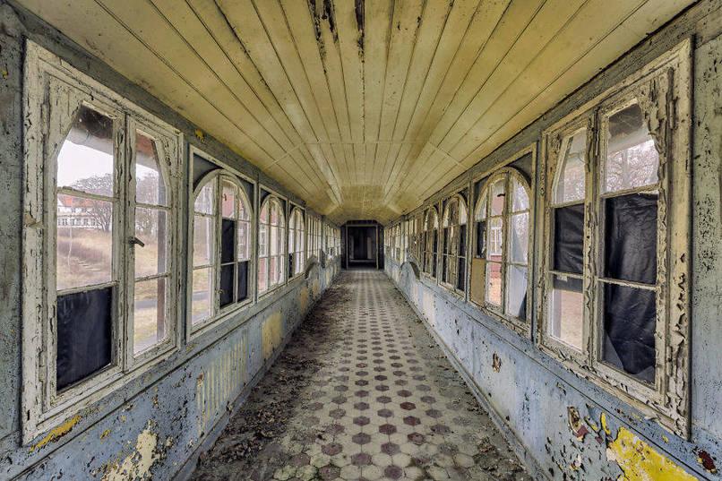 Elhagyatott folyosó egy kórházban, ablakok és ajtók