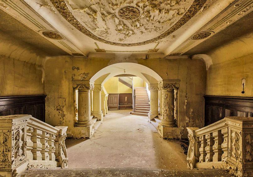 Öreg, elhagyatott barokk lépcsőház