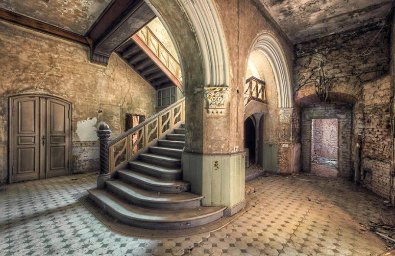 Öreg, elhagyatott lépcső pillér és boltozat