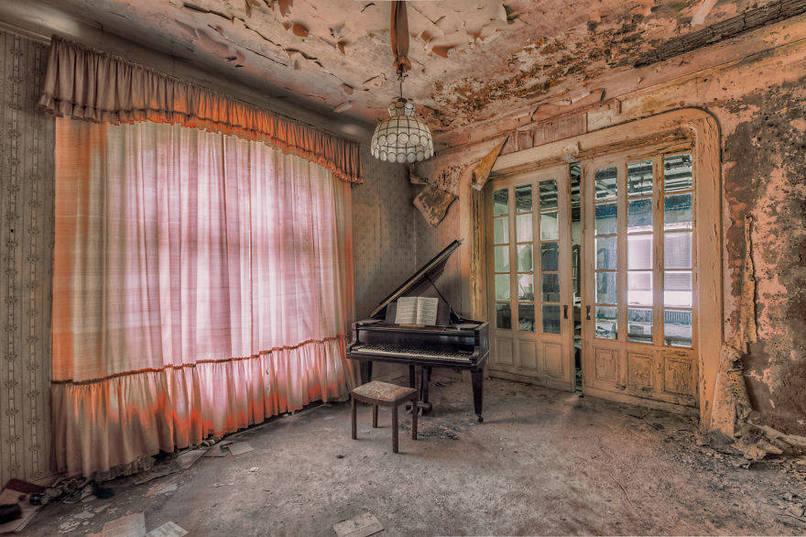 Régi, feledésbe merült zongora szoba