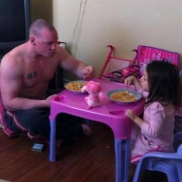 14 aranyos fotó apukákról, akik bármit megtennének lányaikért