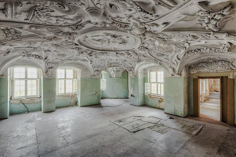 Elhagyatott szoba, barokk mennyezettel