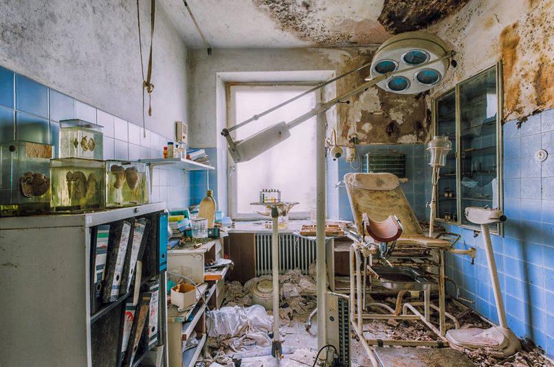 Elhagyatott orvosi szoba, székkel
