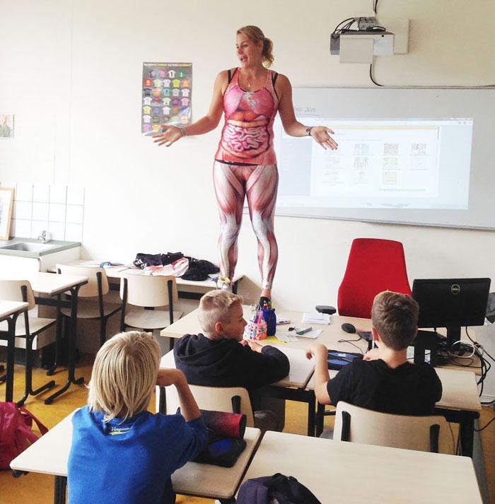 A biológia tanár felállt az asztalra és levetkőzött, hogy bemutassa az emberi testet tanítványainak