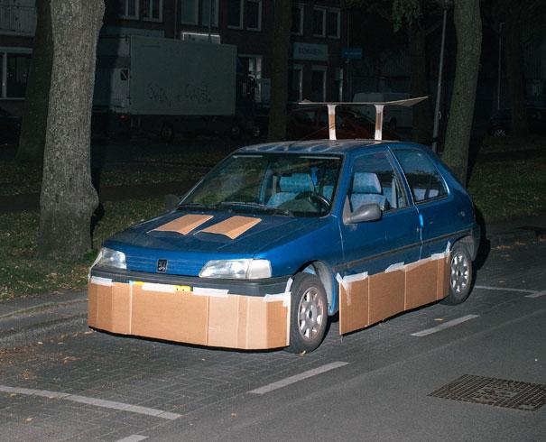 Ez a srác fel-alá járkál éjszaka és kartondobozzal tuningol fel autókat