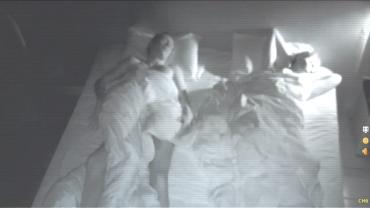 Este még a barátnője feküdt mellette, reggel azonban volt ám meglepetés! Ez minden pasi rémálma, az tuti.