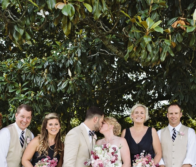 A menyasszony megcsókolja a vőlegényt! De nézd meg a képet, van rajta valami sokkal jobb is!