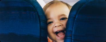 Egy kisbaba felült a repülőre egy édes üzenettel, ami a mellette ülőnek szól