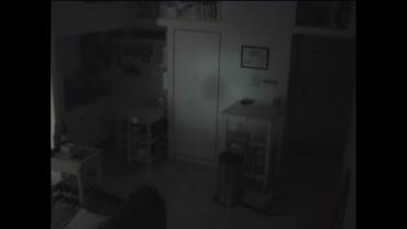 Állandóan eltűnt az étel a hűtőjéből, felszerelt egy rejtett kamerát. Amit látott a vér is megfagyott benne