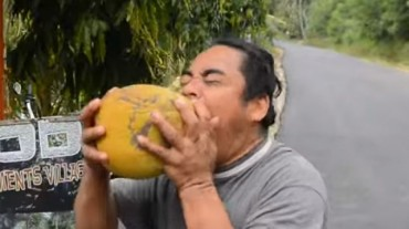 Nem fogod elhinni, hogy ez a férfi hogyan hámozza meg a kókuszdiót!