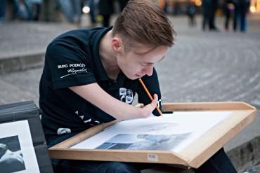 Egy művész, aki karok nélkül született