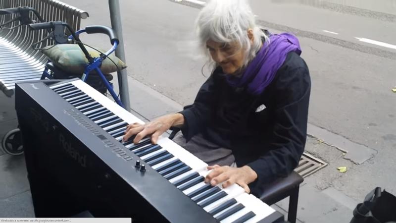 Egy hajléktalan néni lenyűgöző zongorajátéka