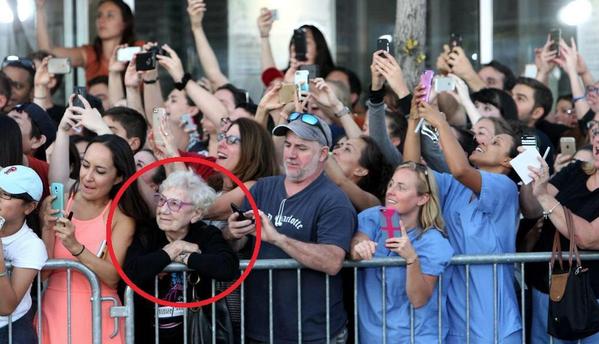 Az internet kedvence ez a fotó, és a rajta található néni. Kitalálod, hogy miért?